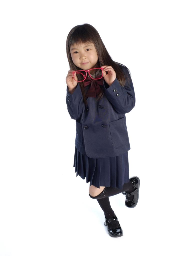 預防高度近視措施最好從小學生做起,並定期完成視力檢查。